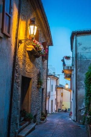 Photo pour Rue du soir dans la vieille ville de Saint-Marin, Italie - image libre de droit