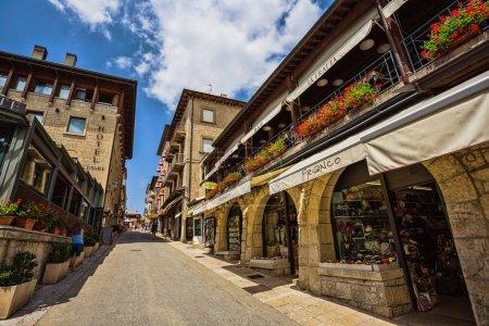 Photo pour SAN - MARINO, ITALIE - 22 JUIN 2014 : Belle petite rue de Saint-Marin en attente de touristes . - image libre de droit