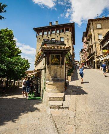 Photo pour SAN - MARINO, ITALIE - 22 JUIN 2014 : Belles petites rues de Saint-Marin attendant les touristes . - image libre de droit