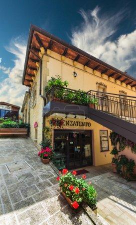 Photo pour SAN MARINO, ITALIE - 22 JUIN 2014 : De belles petites rues de Saint-Marin attendent les touristes . - image libre de droit