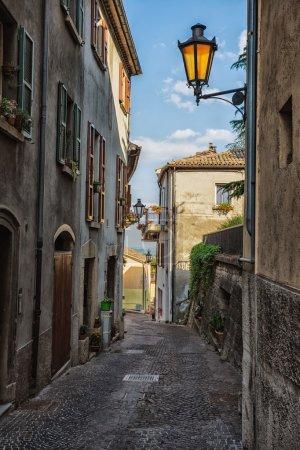 Photo pour SAN MARINO, ITALIE - 22 JUIN 2014 : De belles petites rues de Saint-Marin attendent les touristes - image libre de droit