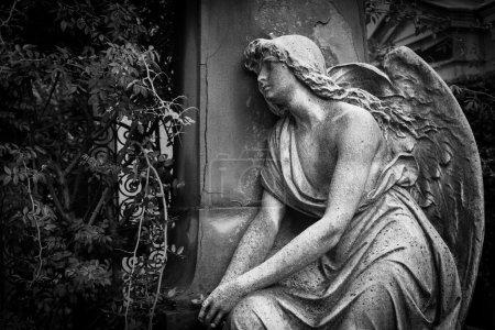 Photo pour Statue vieille de plus de 100 ans. Cimetière situé dans le nord de l'Italie. - image libre de droit