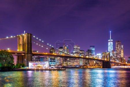 Photo pour Belle vue sur New York City le pont de Brooklyn, regardant vers Manhattan la nuit - image libre de droit