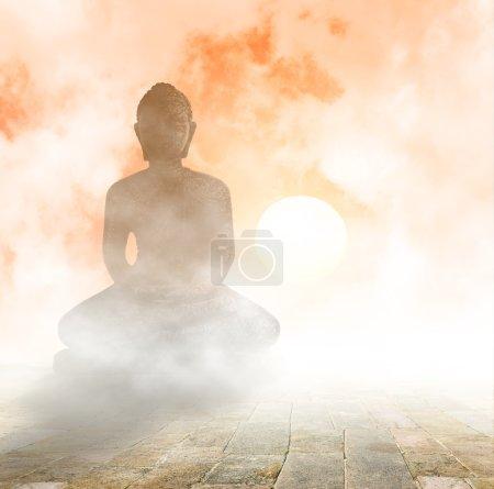 Photo pour Statue de Budha, méditation sous le coucher du soleil - image libre de droit