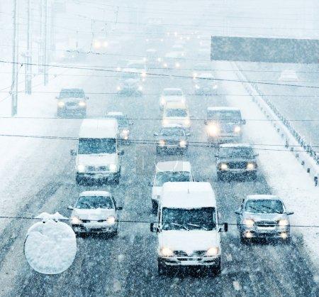 Photo pour Kiev, Ukraine - 06 février : heure de pointe - blizzard sur la route et mauvaise visibilité le 06 février 2015 à Kiev, Ukraine. Tous les logos, numéros, marques reconnaissables supprimés - image libre de droit