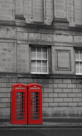 Photo pour Deux britanniques téléphone cabines sur la rue Royal Mile à Édimbourg, Écosse - image libre de droit