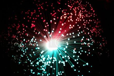 Photo pour Gros plan Cool se termine de lumineux fibre optique brins sur fond noir. Peut être utilisé pour les fonds d'ecran. - image libre de droit