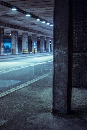 Foto de Calle urbana cubierta iluminada con luz azul fresca por la noche - Imagen libre de derechos