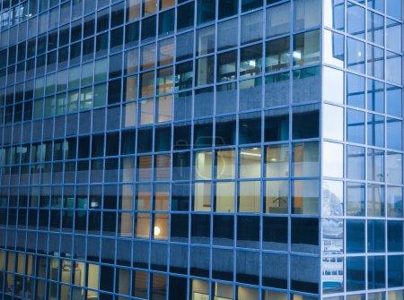 Photo pour Gratte-ciel bâtiment en verre vue fenêtre - image libre de droit