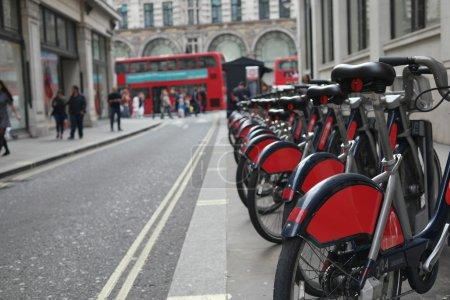 Photo pour Vue des vélos dans les rues de Londres, avec le bus rouge en arrière-plan - image libre de droit