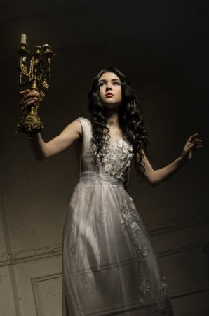 Photo pour Belle fille fantôme en robe blanche - image libre de droit