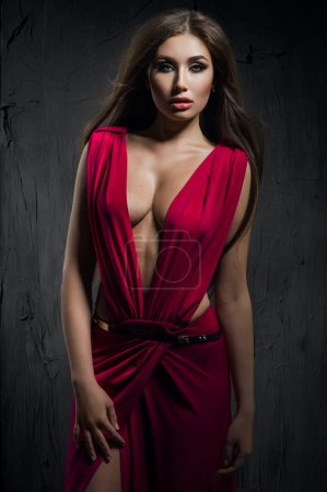 Photo pour Mannequin en belle robe rouge en studio - image libre de droit