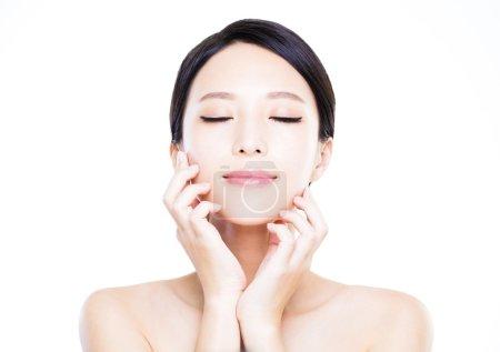 Photo pour Gros plan visage de jeune femme avec une peau propre - image libre de droit