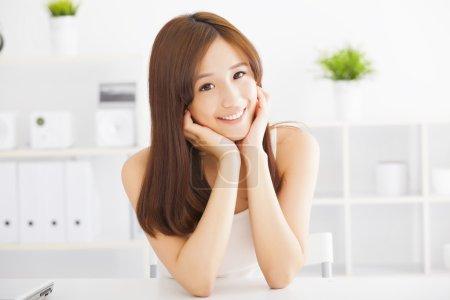 Photo pour Sourire jeune belle asiatique femme - image libre de droit