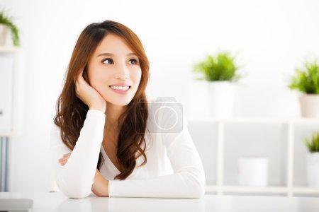 Photo pour Belle jeune asiatique femme penser quelque chose - image libre de droit