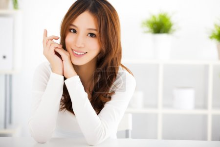 Photo pour Jeune femme asiatique attrayante avec une peau propre - image libre de droit