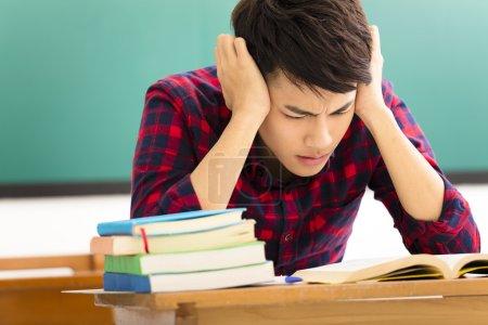 Photo pour Étudiant stressé étudiant pour l'examen en classe - image libre de droit