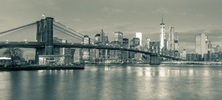 Photo pour Vue panoramique sur Brooklyn Bridge et Manhattan skyline à New York le matin avec éclairage de la ville, États-Unis. Noir et blanc tonique - image libre de droit