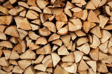 Photo pour Pile de bois de chauffage haché, fond - image libre de droit