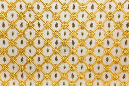Photo pour Vieux modèle Golden - géométrique et décoration de fleurs blanc - plus de 200 ans - image libre de droit