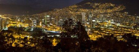 Photo pour Vue aérienne de Medellin la nuit avec des bâtiments résidentiels et de bureaux. Colombie - image libre de droit