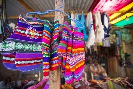 Photo pour Gants colorés à vendre à Salar du marché touristique d'Uyuni. Bolivie - image libre de droit