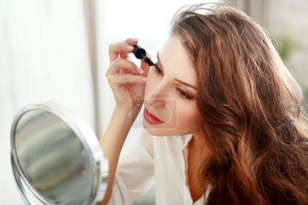 woman applying make up