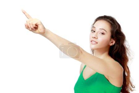 Photo pour Jeunes excités femme point doigt montrant quelque chose à l'espace de copie vide côté - image libre de droit