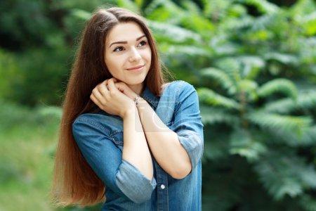 Photo pour Portrait en plein air jeune femme caucasienne sur vert - image libre de droit