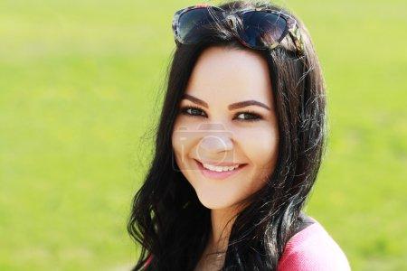 Photo pour Portrait de belle jeune femme en plein air - image libre de droit