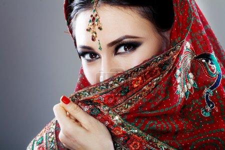 Photo pour Beauté indienne visage fermer de beaux yeux avec un maquillage parfait - image libre de droit