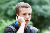 Muž na telefonu