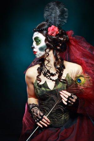 Photo pour Halloween composent crâne de sucre beau modèle avec coiffure parfaite. Concept Santa Muerte . - image libre de droit