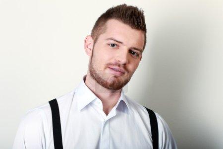 Foto de Retrato de hombre. buen aspecto casual joven empresario aislado sobre fondo blanco. modelo caucásico masculino sonriendo. - Imagen libre de derechos