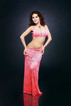 Photo pour A portrait of a beautiful belly dancer over dark background - image libre de droit