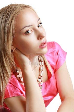 Photo pour Belle femme aux cheveux blonds longue ligne droite. mannequin posant au studio. - image libre de droit