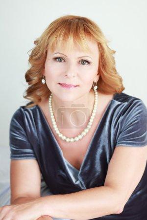 Photo pour Élégant portrait de belle femme en robe bleue - image libre de droit