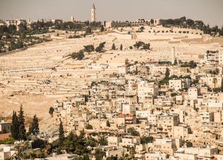 Photo pour Panorama surplombant la vieille ville de Jérusalem, Israël, y compris le mont des Oliviers . - image libre de droit