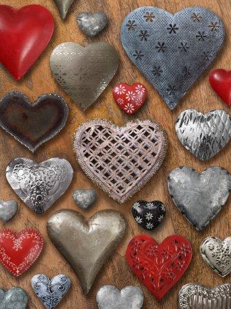sortierte Herzen auf Holz-Hintergrund