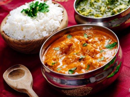 Photo pour Photo d'un repas indien de poulet au beurre, riz et Saag Paneer. Concentrez-vous sur le bol de poulet au beurre . - image libre de droit
