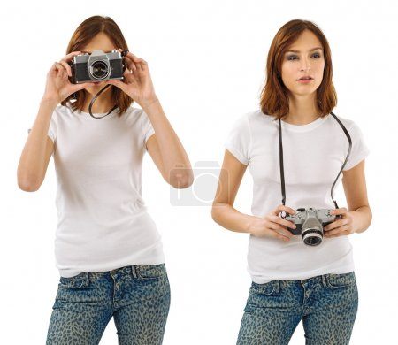 Photo pour Photo d'une jeune belle femme sexy avec chemise blanche vierge, tenant un appareil photo vintage. Prêt pour votre conception ou illustration - image libre de droit