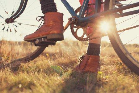 Photo pour Bottes femme et moto vintage - image libre de droit