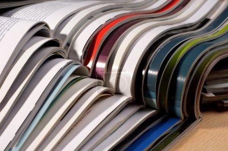 Foto de Pila de revistas en la mesa de cierre - Imagen libre de derechos
