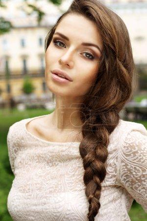 Photo pour Portrait d'été en plein air de jeune belle fille avec tresse - image libre de droit