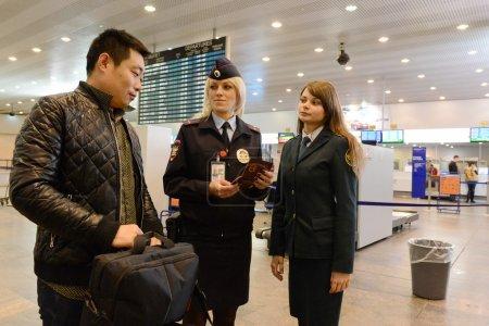 """Photo pour Moscou, Russie - 13 décembre 2013:Vérification des documents de passagers étrangers à l'aéroport """"Sheremetyevo"""" - image libre de droit"""