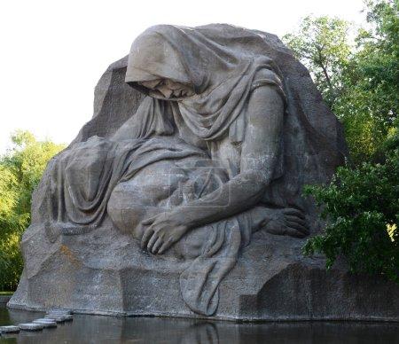 """Sculpture """"Grieving mother"""" in Volgograd."""