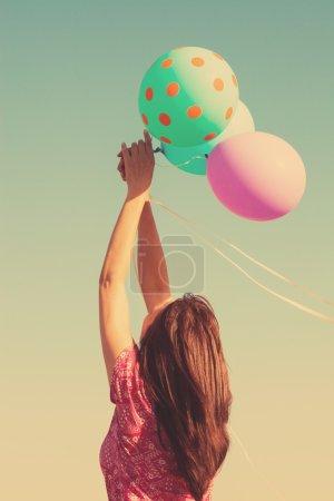 Photo pour Profitez de la femme en été jour jouer avec ballonss plein air abattu couleurs rétro - image libre de droit