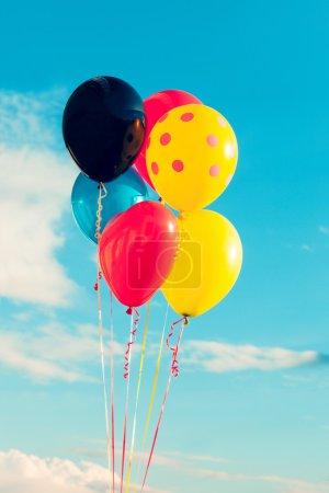 Photo pour Beaux ballons dans le ciel avec nuages, couleurs vives - image libre de droit