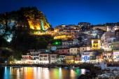 Noc v Parga, Řecko. A pohled na pevnost, domy a lodí v blízkosti skalnatého pobřeží