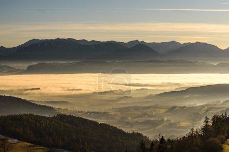 Photo pour Beau coucher de soleil dans les montagnes avec brouillard dans les vallées.Carinthie, Autriche . - image libre de droit